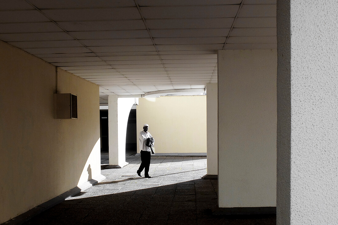 tony-daoulas-streetphotography-chasing-light-12
