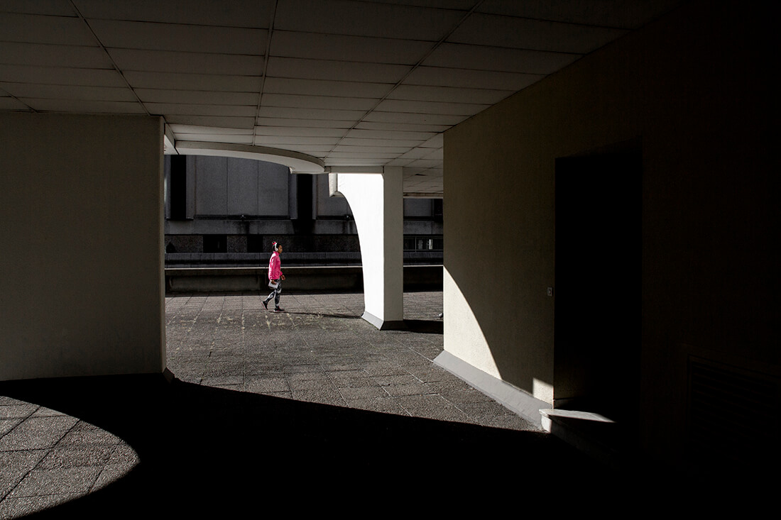 tony-daoulas-streetphotography-chasing-light-7